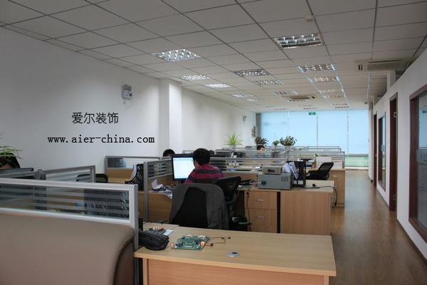 办公室装修完工实景图.主要包括电路布置;矿棉板吊顶;格栅灯